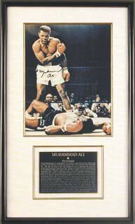 Autographs: MUHAMMAD THE GREATEST ALI - PHOTOGRAPH SIGNED