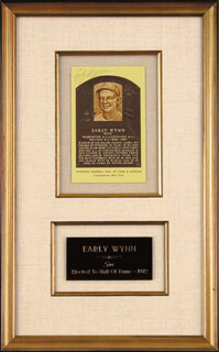 EARLY WYNN - BASEBALL HALL OF FAME PLAQUE POSTCARD SIGNED