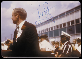Neil Armstrong Autographs 157359