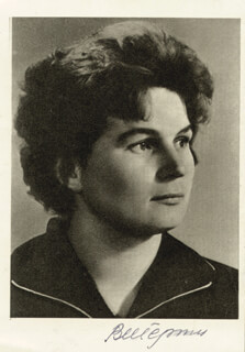 Autographs: MAJOR GENERAL VALENTINA TERESHKOVA - PHOTOGRAPH SIGNED