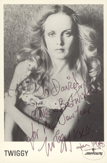 TWIGGY - AUTOGRAPHED INSCRIBED PHOTOGRAPH 01/1980