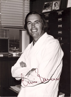 Autographs: CHRISTIAAN BARNARD - PHOTOGRAPH SIGNED