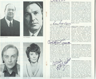 WHO SAW HIM DIE? PLAY CAST - PROGRAM SIGNED CO-SIGNED BY: STRATFORD JOHNS, LEE MONTAGUE, CHRISTOPHER GUINEE, ELIZABETH WALLACE