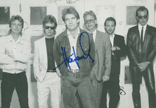 HUEY LEWIS & THE NEWS (HUEY LEWIS) - PICTURE POST CARD SIGNED  - HFSID 202155
