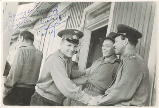 Autographs: COLONEL YURI GAGARIN - INSCRIBED PHOTOGRAPH SIGNED 07/04/1963