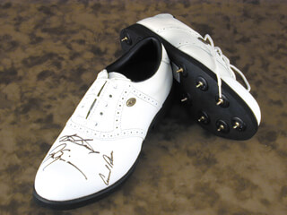 Autographs: ARNOLD PALMER - GOLF SHOE SIGNED CO-SIGNED BY: SAM SLAMMING SAMMY SNEAD, JACK NICKLAUS