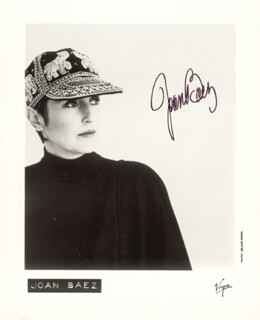 Autographs: JOAN BAEZ - PHOTOGRAPH SIGNED
