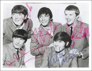 Autographs: THE ANIMALS - PHOTOGRAPH SIGNED CO-SIGNED BY: THE ANIMALS (ERIC BURDON), THE ANIMALS (DAVE ROWBERRY), THE ANIMALS (BRYAN CHAS CHANDLER), THE ANIMALS (JOHN STEEL), THE ANIMALS (HILTON VALENTINE)