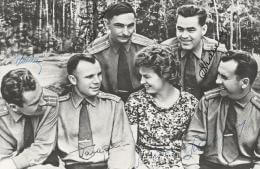 Autographs: COLONEL YURI GAGARIN - PHOTOGRAPH SIGNED CO-SIGNED BY: MAJOR GENERAL PAVEL POPOVICH, MAJOR GENERAL ANDRIAN NIKOLAYEV, MAJOR GENERAL VALERI BYKOVSKY, MAJOR GENERAL VALENTINA TERESHKOVA, GENERAL GHERMAN TITOV