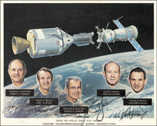 Autographs: APOLLO - SOYUZ CREW - PHOTOGRAPH SIGNED CO-SIGNED BY: VALERI N. KUBASOV, MAJOR GENERAL ALEXEI LEONOV, LT. GENERAL THOMAS P. STAFFORD, MAJOR DONALD DEKE SLAYTON, VANCE BRAND
