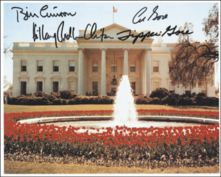 Autographs: PRESIDENT WILLIAM J. BILL CLINTON - PHOTOGRAPH SIGNED CO-SIGNED BY: VICE PRESIDENT ALBERT GORE JR., FIRST LADY HILLARY RODHAM CLINTON, TIPPER (MARY) GORE