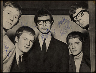 MANFRED MANN - MAGAZINE PHOTOGRAPH SIGNED CO-SIGNED BY: MANFRED MANN (PAUL JONES), MANFRED MANN (MICHAEL MIKE VICKERS), MANFRED MANN (MIKE HUGG), MANFRED MANN (MANFRED MANN), MANFRED MANN (TOM MCGUINESS)