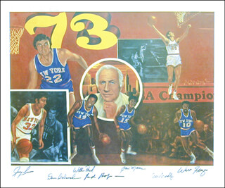 Autographs: NEW YORK KNICKS - PRINTED ART SIGNED IN INK CO-SIGNED BY: WALT CLYDE FRAZIER, RED HOLZMAN, JERRY LUCAS, WILLIS REED, BILL BRADLEY, EARL THE PEARL MONROE, DAVE DE BUSSCHERE, ROBERT STEPHEN SIMON