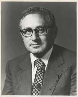 Autographs: HENRY A. KISSINGER - PHOTOGRAPH SIGNED