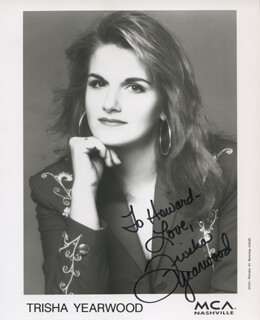 TRISHA YEARWOOD - INSCRIBED PRINTED PHOTOGRAPH SIGNED IN INK