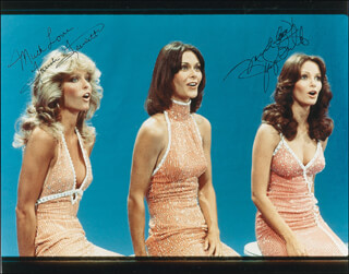 Autographs: CHARLIE'S ANGELS TV CAST - PHOTOGRAPH SIGNED CO-SIGNED BY: JACLYN SMITH, FARRAH FAWCETT