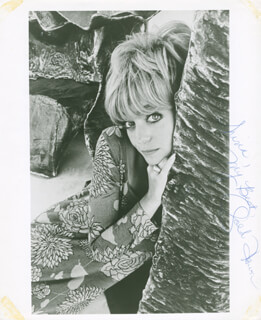 GOLDIE HAWN - AUTOGRAPHED INSCRIBED PHOTOGRAPH