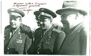 Autographs: COLONEL YURI GAGARIN - PHOTOGRAPH SIGNED