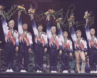 Autographs: 1996 U.S. OLYMPIC WOMEN'S GYMNASTIC TEAM - PHOTOGRAPH SIGNED CO-SIGNED BY: DOMINIQUE MOCEANU, SHANNON MILLER, AMANDA BORDEN, AMY CHOW, KERRI STRUG, JAYCIE PHELPS