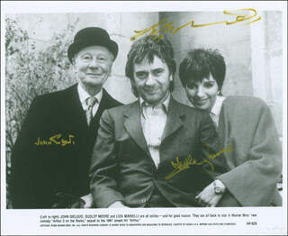 Autographs: ARTHUR 2: ON THE ROCKS MOVIE CAST - PHOTOGRAPH SIGNED CO-SIGNED BY: SIR JOHN GIELGUD, DUDLEY MOORE, LIZA MINNELLI