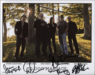 Autographs: 10,000 MANIACS BAND - PHOTOGRAPH SIGNED CO-SIGNED BY: JEROME AUGUSTYNIAK, DENNIS DREW, MARY RAMSEY, STEVEN GUSTAFSON, JEFFERY ERICKSON