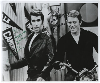 HAPPY DAYS TV CAST - AUTOGRAPHED INSCRIBED PHOTOGRAPH 1983 CO-SIGNED BY: RON HOWARD, HENRY THE FONZ WINKLER