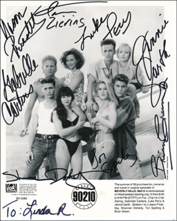 Autographs: BEVERLY HILLS, 90210 TV CAST - INSCRIBED PRINTED PHOTOGRAPH SIGNED IN INK CO-SIGNED BY: TORI SPELLING, JASON PRIESTLEY, SHANNEN DOHERTY, JENNIE GARTH, IAN ZIERING, GABRIELLE CARTERIS, BRIAN AUSTIN GREEN, LUKE PERRY