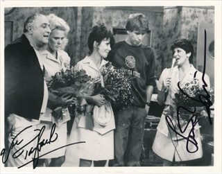 Autographs: ALICE TV CAST - PHOTOGRAPH SIGNED CO-SIGNED BY: LINDA LAVIN, VIC TAYBACK