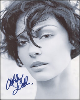 ASHLEY JUDD - AUTOGRAPHED SIGNED PHOTOGRAPH