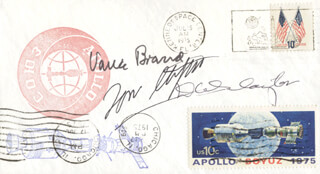 Autographs: APOLLO - SOYUZ CREW - COMMEMORATIVE ENVELOPE SIGNED CO-SIGNED BY: LT. GENERAL THOMAS P. STAFFORD, MAJOR DONALD DEKE SLAYTON, VANCE BRAND