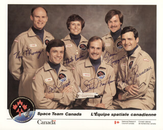 Autographs: MARC GARNEAU - PHOTOGRAPH SIGNED CO-SIGNED BY: KEN MONEY, ROBERTA BONDAR, STEVE MacLEAN, BOB THIRSK, BJARNI TRYGGVASON