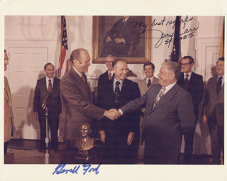 Autographs: PRESIDENT GERALD R. FORD - PHOTOGRAPH SIGNED 04/11/1975 CO-SIGNED BY: COLONEL GERALD P. JERRY CARR