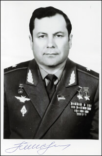 Autographs: MAJOR GENERAL PAVEL POPOVICH - PHOTOGRAPH SIGNED
